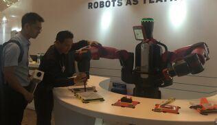 这是一款应用型机器人,它来自美国,名字叫Baxter,生产工厂Rethink robotics的应用工程师Robin Chen介绍,Baxter主要应用在车间的组装,目前在包装领域使用尤其广泛包括药品包装,它的主要工作原理是模拟人为输入给它的生产流程,然后实现复制以进行工作,在中国Baxter更多为服务于电路板的组装。
