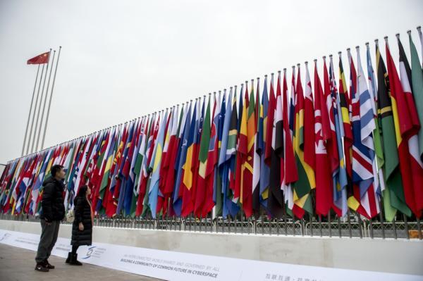 2015年12月13日,浙江桐乡乌镇景区前的广场上,来自全世界五大洲120多个国家和地区的旗帜迎风飘扬。东方IC 图