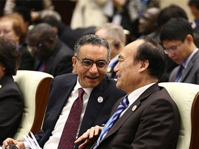 嘉宾ICANN总裁法迪·切哈德(左)和国际电信联盟秘书长赵厚麟