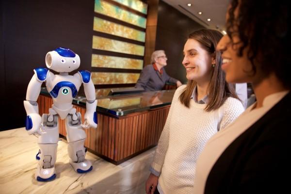 3月9日,据外媒报道,希尔顿正在其美国连锁酒店内开始测试靠人工智能驱动的迎宾机器人。   今天人工智能围棋程序AlphaGo战胜了李世石,人工智能一下子就涌入了大众眼前。今天,外媒报道美国连锁酒店希尔顿将开始在其美国的连锁酒店内测试靠人工智能搭载驱动的迎宾机器人。   这款机器人是由希尔顿跟IBM超级计算机Watson项目组联合打造推出的人形机器人,它的名字叫做Connie,是以希尔顿创始人的名字命名的。目前它已经在弗吉尼亚州的Hilton McLean酒店内进行了测试,客人可以通过向这款机器人询问