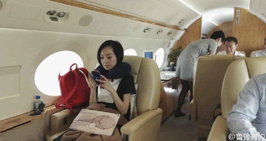 土豪生活:王健林私人飞机内直播斗地主
