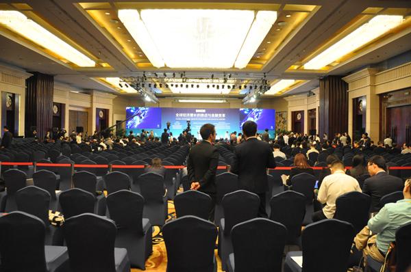 全体大会开幕前夕:人头攒动的会场