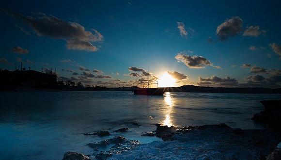 夕阳下的三沙赵述岛海岸景色.图片来源:中国南海网