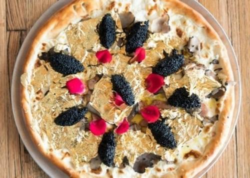 美国一餐厅推出2千美元土豪披萨 一口50美元