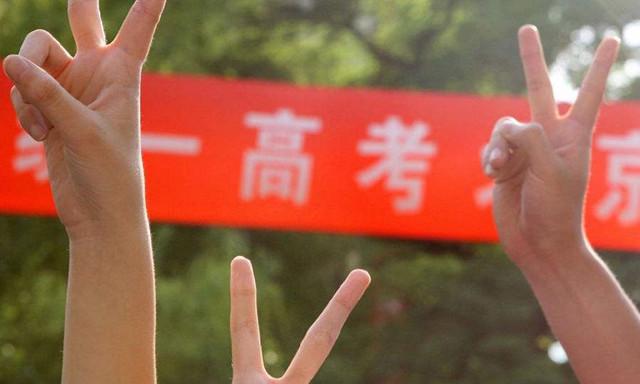 作为中国最为公平的考试之一,高考似乎或多或少与个人甚至家庭命运捆绑在一起,考生们十二载寒窗苦读,只为今后的前程似锦。然而,不是所有人都能考上清北这样级别的大学,连银行大佬们都是如此。